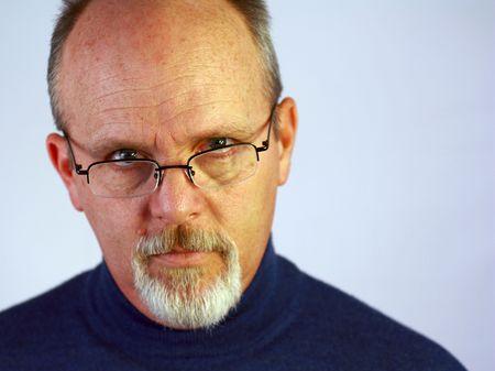 hombre calvo: Hombre con gafas y perilla Foto de archivo