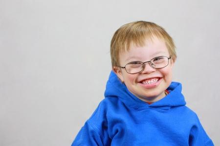enfants handicap�s: Petit gar�on avec Syndrome de Downs et sourire tr�s heureux