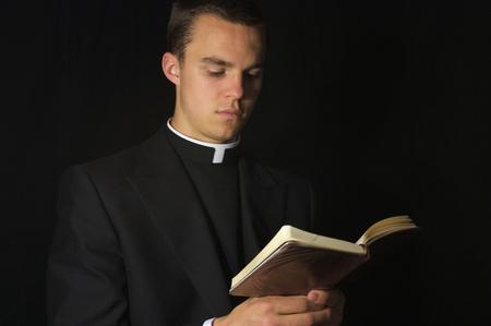sotana: Sacerdote con el libro de la Oraci�n Foto de archivo