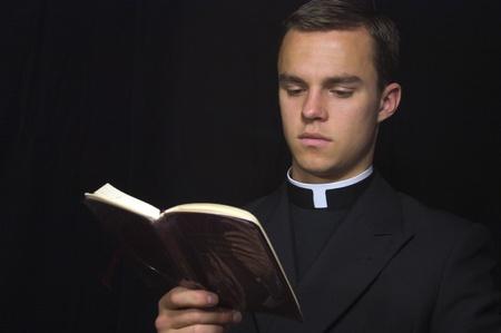 toog: Jonge priester met Gebed boek Stockfoto