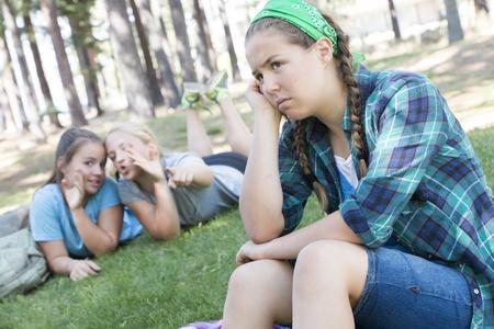ni�os tristes: Dos chicas j�venes cotilleo acerca de otra chica