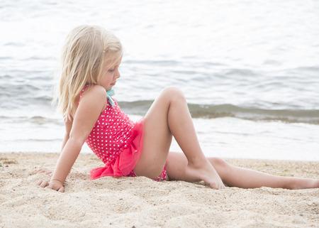 ragazze bionde: Bambina sveglia sole sulla spiaggia