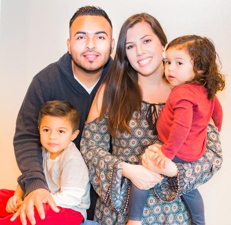 幸せなヒスパニック系の家族の美しい肖像画 写真素材