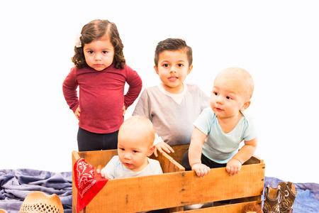 Retrato de cuatro primos jóvenes hispanos y de raza mixta
