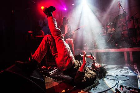 Britse psychedelische rockband SCUM presteren levend bij Blast festival in Milk Club, Moskou, Rusland