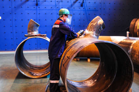 Tscheljabinsk, Russland - CIRCA Oktober 2010 - Der Chelyabinsk Rohrwalzwerk ist einer der größten Hersteller von Stahlrohren in Russland