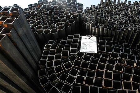KAMENSK URALSKY, RUSLAND - CIRCA JULI, 2010 - Kamensk Uralsky Metallurgical Works (KUMZ in Russische afkorting) is een van de grootste smeltfabrieken in Rusland Stockfoto - 24010323