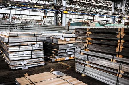 Kamensk Uralsky, Rusia - alrededor de julio de 2010 - Kamensk Uralsky Metallurgical Works (KUMZ en abreviatura rusa) es una de las mayores plantas de fundición en Rusia Foto de archivo - 24010338