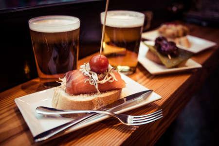 Pinchos 또는 pintxos, 전통적인 바스크 컨트리 전채. 맥주와 함께 제공 스톡 콘텐츠
