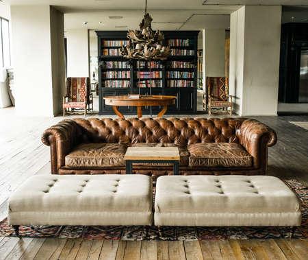 木製の床とレトロなスタイルのインテリア