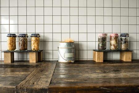 Lattine con diversi articoli di spesa sul tavolo da cucina in legno Archivio Fotografico - 28261841