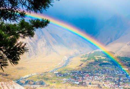 Heller Regenbogen nach regen in den Kaukasus-Bergen in der Nähe von Kasbek (Kazbegi), Georgia Standard-Bild