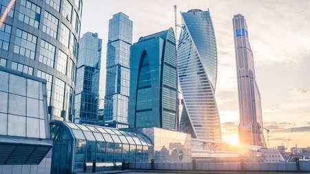 モスクワ市国際ビジネス センター、モスクワ、ロシアで有名な高層ビルの美しい夕景 写真素材