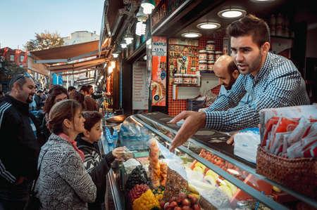 이스탄불, 터키 - 2014년 10월 23일 : 이스탄불, 터키 오타 aquare에서 거리 시장에서 공급 업체 판매 아이스크림.