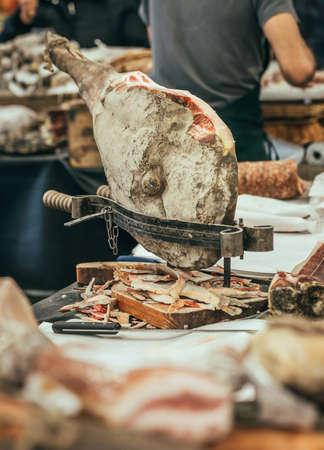 jamones: Jamón prosciutto curado italiano en carnicería. Imagen entonada