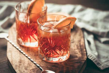 Twee glazen cocktail met oranje plak. Getinte afbeelding