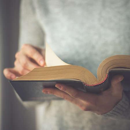libros antiguos: Mujer joven que lee un libro. Imagen entonada
