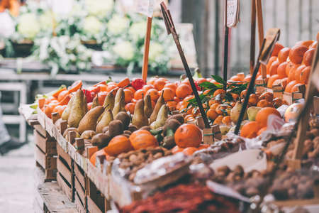 verduras: Frutas y verduras frescas para la venta en Ballaro, el famoso mercado en Palermo, isla de Sicilia, Italia. Imagen entonada