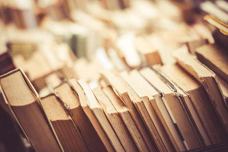 libros antiguos: Muchos libros antiguos en una librería o biblioteca. Imagen entonada Foto de archivo