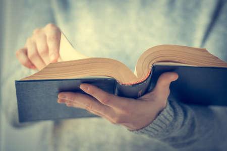Jonge vrouw lezen van een boek. Getinte afbeelding