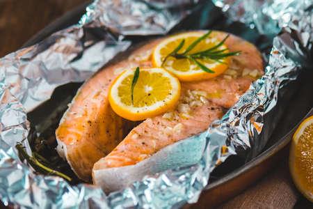 Pavé de saumon cuit avec du citron et des herbes dans une feuille Banque d'images