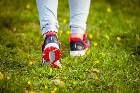 caminando: Caminar o correr en la pista de las piernas, la aventura y el ejercicio de concepto