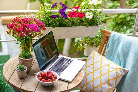 조직: 작은 테이블, 의자, 꽃과 아름 다운 테라스 또는 발코니. 톤의 이미지