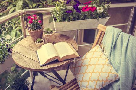 美しいテラスまたはバルコニー、小さなテーブル、椅子と花。トーンのイメージ 写真素材
