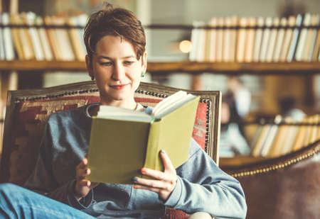 Joven hermosa mujer leyendo un libro. Imagen entonada Foto de archivo