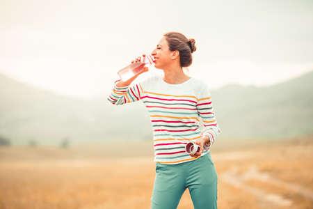 agua potable: Hermosa chica al aire libre de agua potable