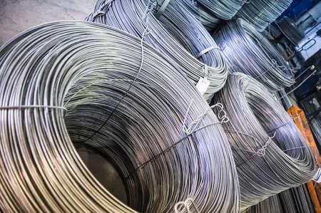 fil de fer: Rolls de raccords métalliques d'aluminium (armature en acier) Banque d'images