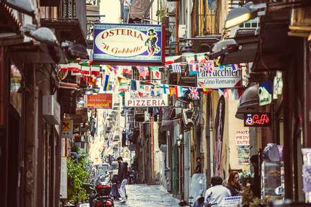 Napels, Italië - 20 maart 2015: Kleine straat met tekenen van restaurants, bars en cafés in Napels, Italië. Selectieve aandacht afbeelding Redactioneel