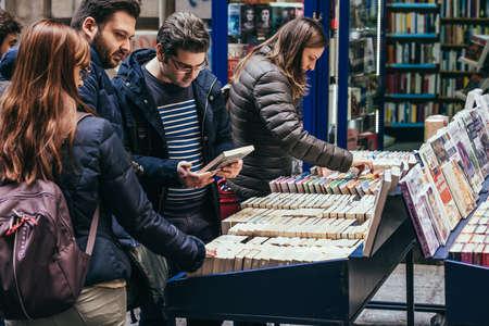 イタリア、ナポリの歴史的な中心の書籍市場の 2 番目の手の本屋台でナポリ, イタリア - 2015 年 3 月 20 日: 人