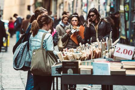 NAPLES, ITALIE - 20 mars 2015: Les gens regardant autour dans les deuxièmes étals de livres à la main du marché du livre dans le centre historique de Naples, Italie Banque d'images - 41703949