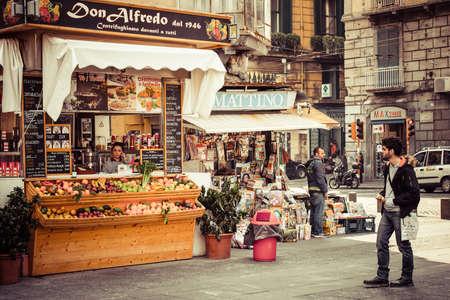 Napels, Italië - 20 maart 2015: Kleine fast food cafe en een winkel in het historische centrum van Napels, Italië