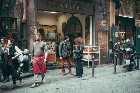 NAPLES, ITALIË - MAART 20, 2015: Mensen die door de oude straat in het historische centrum van Napels, Italië lopen. Getinte foto Redactioneel