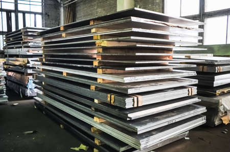 MOSKOU, RUSLAND - CIRCA MEI 2011: De gestapelde aluminium platen in de Russische smelten plant Alfa-Metal, gevestigd in Moskou, Rusland