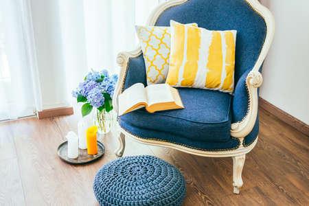 Poltrona confortável com o livro aberto e almofadas decorativas. Interior e decoração Home Concept Foto de archivo - 43590182