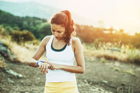 fitness: Donna che per mezzo di attività tracker. Outdoor concetto di fitness. Viraggio Archivio Fotografico