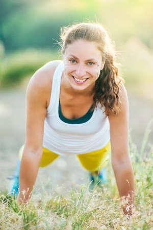 persona alegre: Mujer joven haciendo flexiones entrenamiento. Bienestar y el deporte concepto