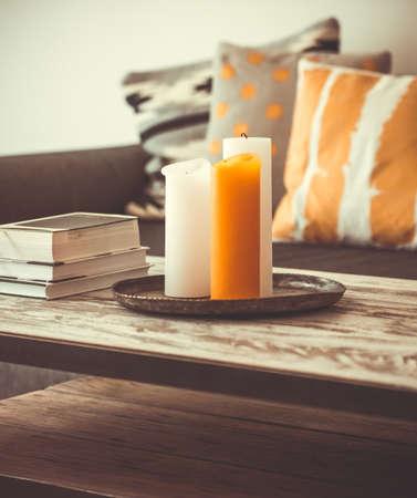 case moderne: Moderno tavolino in legno e comodo divano con cuscini. Soggiorno interno e il concetto di arredamento. Tonica immagine