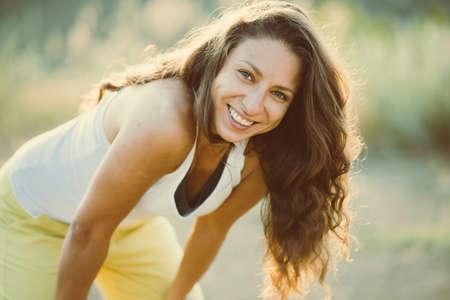 Jonge vrouw staande te rusten na run. Wellness en sport concept. Getinte afbeelding