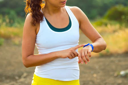 Frau, die mit Aktivität Tracker. Outdoor-Fitness-Konzept
