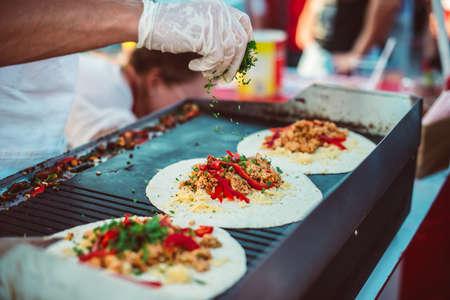 Preparazione di fajitas, messicano di manzo con verdure alla griglia in tortilla avvolge. Il cibo di strada e il concetto cucinare all'aperto