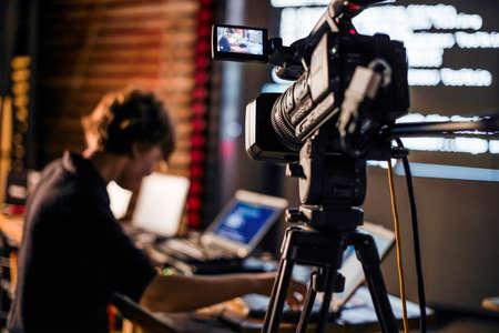 夜の間プロフェッショナル ビデオ カメラで創造的なビデオ映像を撮影