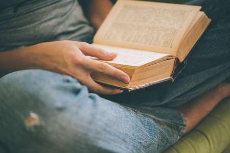 Buch in den Händen. Lesen, Literatur und Bildung Konzept. getöntes Bild Standard-Bild
