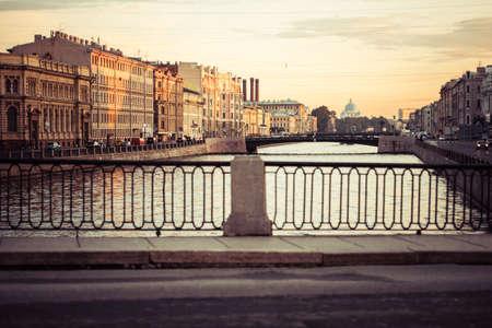 ロシア連邦、サンクトペテルブルクの夏の白夜のフォンタンカ川に架かる橋します。トーンの画像