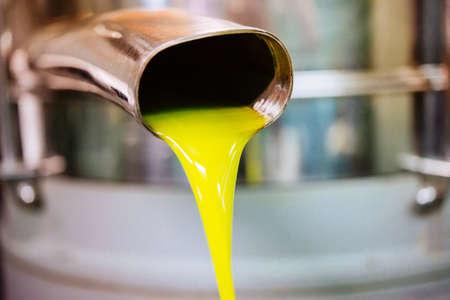 L gießt aus der Röhre bei einer Kaltpressfabrik nach der Olivenernte in einem der sizilianische Dörfer, Italien Standard-Bild - 50539502