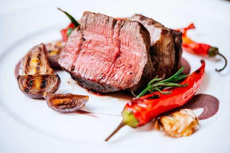 carne asada: filete de carne con verduras asadas servido en un plato blanco