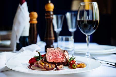 구운 야채와 쇠고기 스테이크 하얀 접시에 제공 스톡 콘텐츠